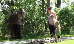 在公园里突然跑出来吓人的恐龙恶作剧
